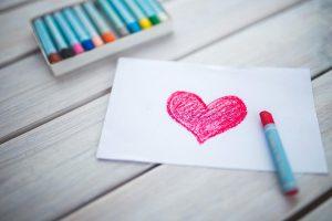 Amore un cuore disegnato su un foglio bianco