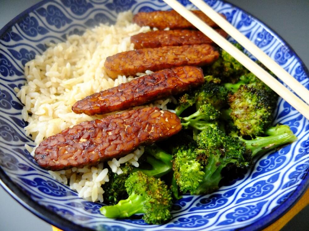 Riso integrale con tempeh e broccoli