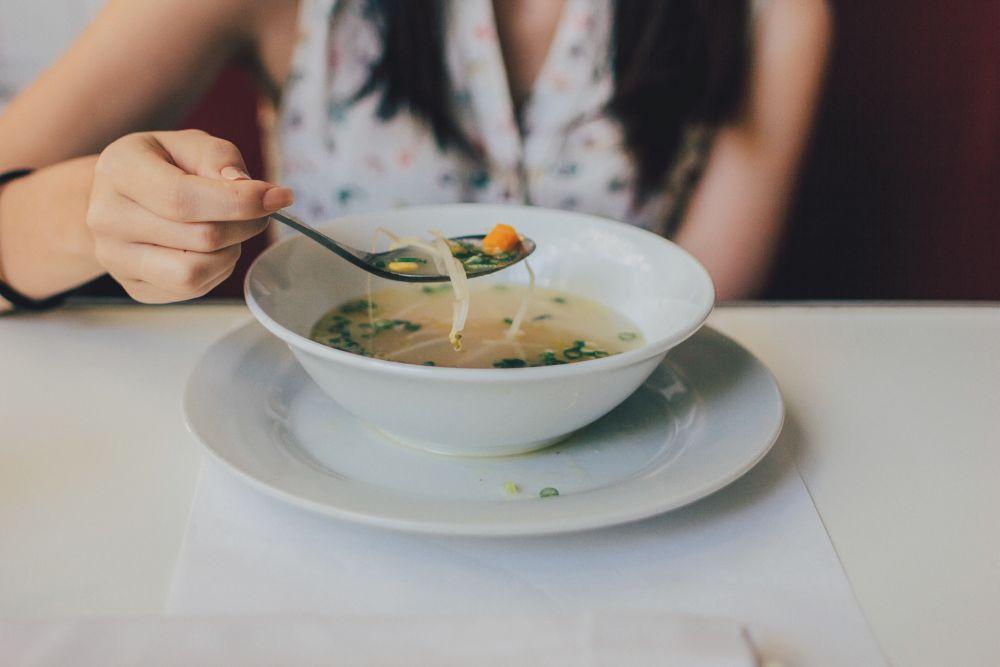 Ormoni, una donna mangia una zuppa drenante