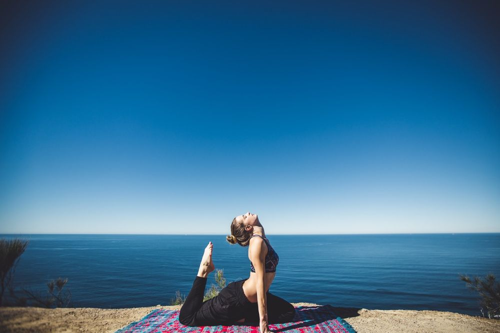 Stretching, una donna allunga i muscoli