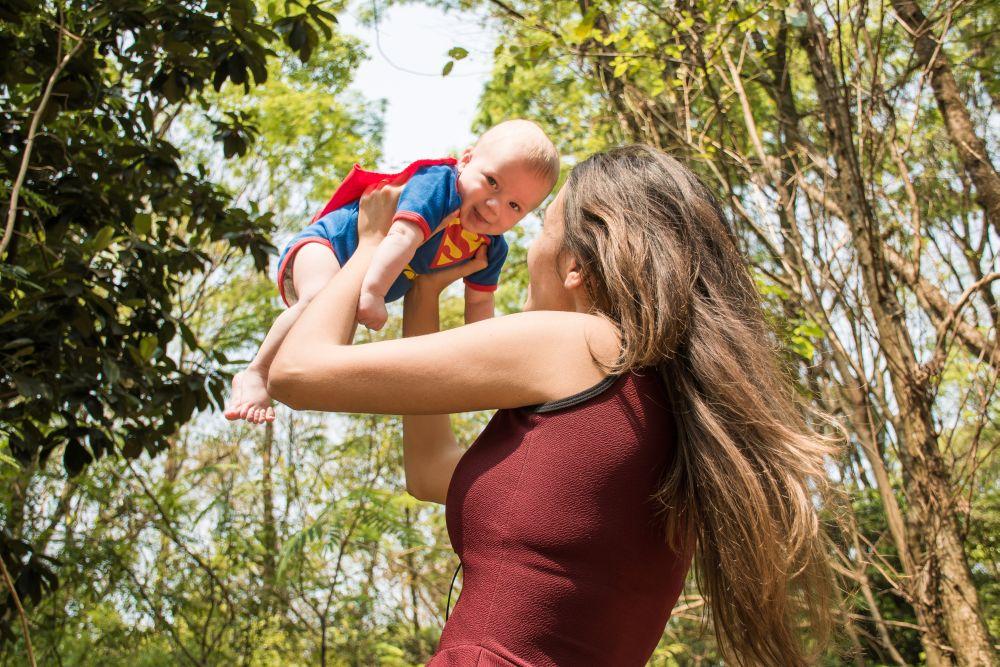 Mamma, una madre gioca con suo figlio