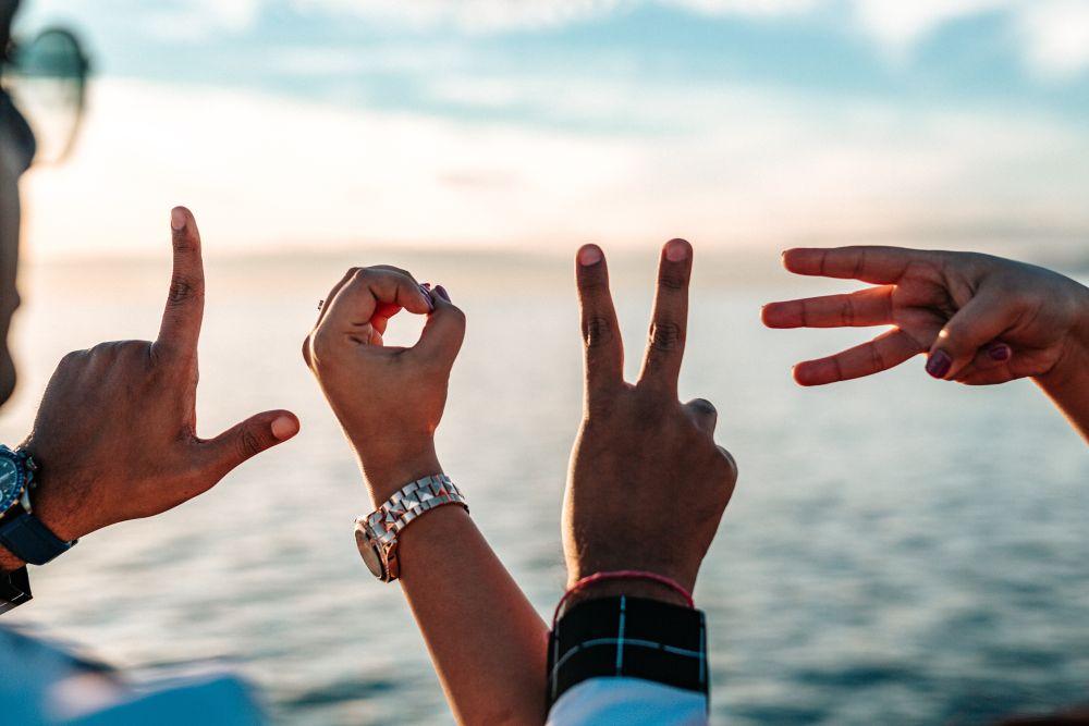 Anima gemella, le mani di una coppia compongono la scritta Love
