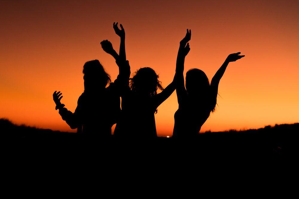 Tormentoni estivi, tre ragazze festeggiano