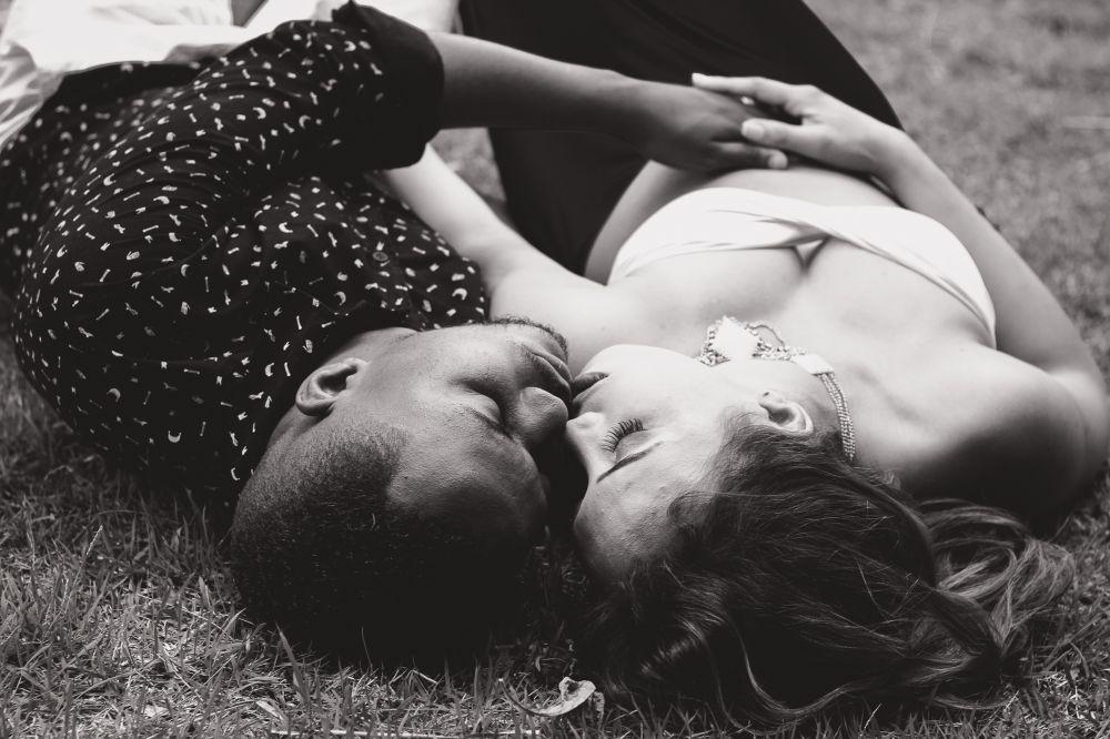 Bacio, una coppia che si bacia