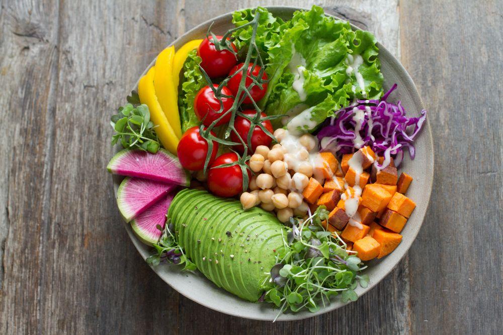 Insalata, un piatto con avocado e verdure