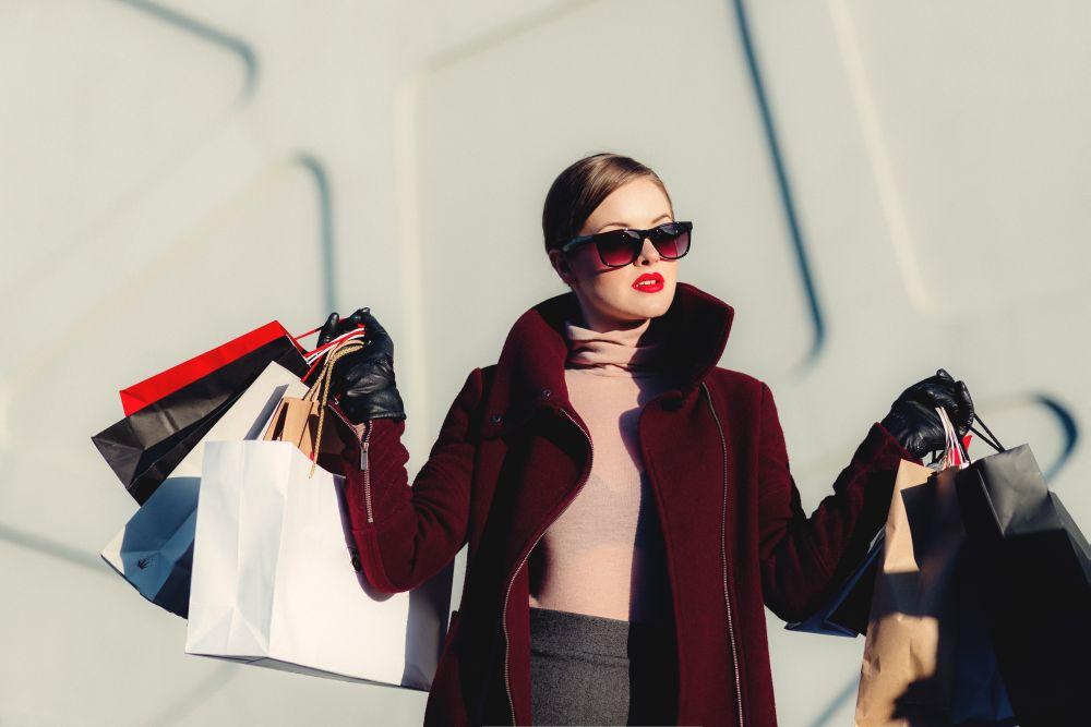 Saldi, una donna che fa shopping