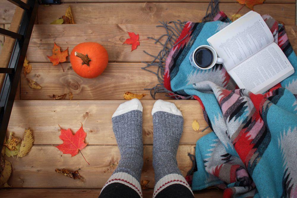 Diario di una ragazza autunnale, una ragazza con libro, coperta e caffè