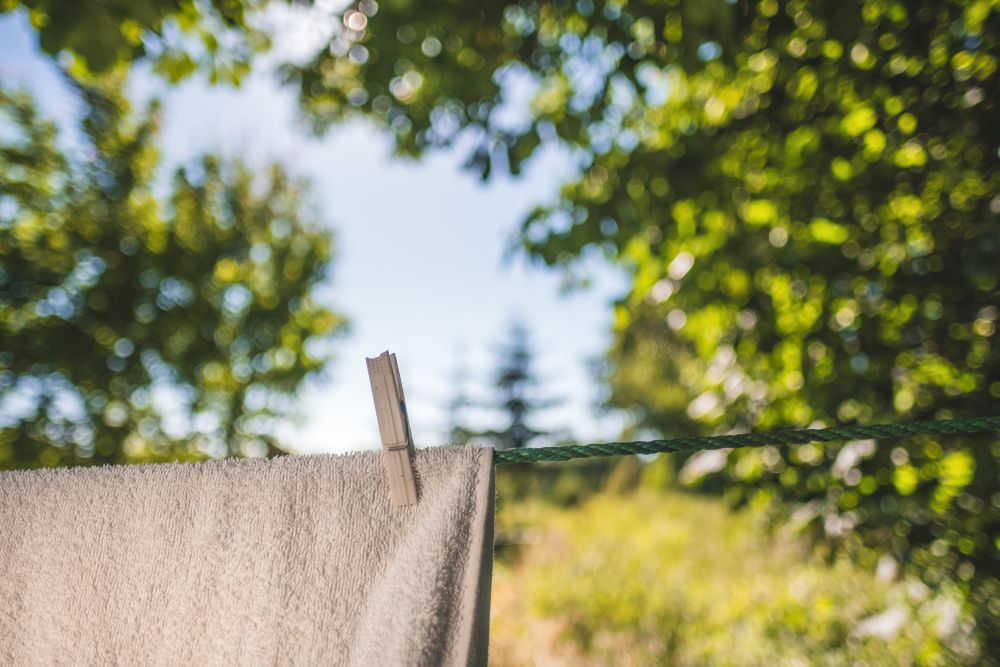 Detersivi, un asciugamano bianco steso