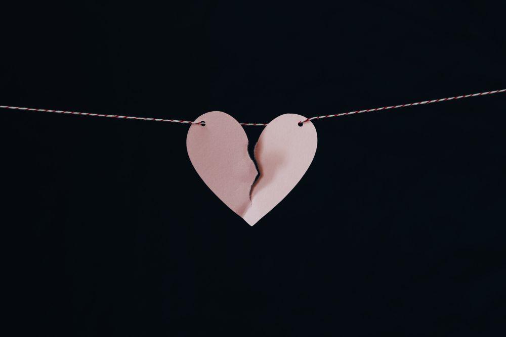Ex, un cuore spezzato appeso a un filo