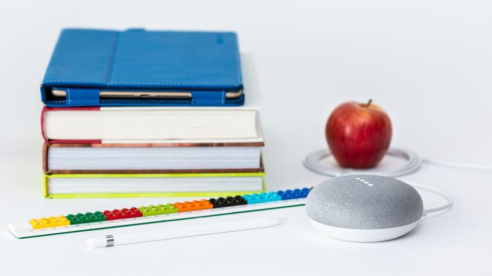 Scuola, una scrivania con una mela e dei libri