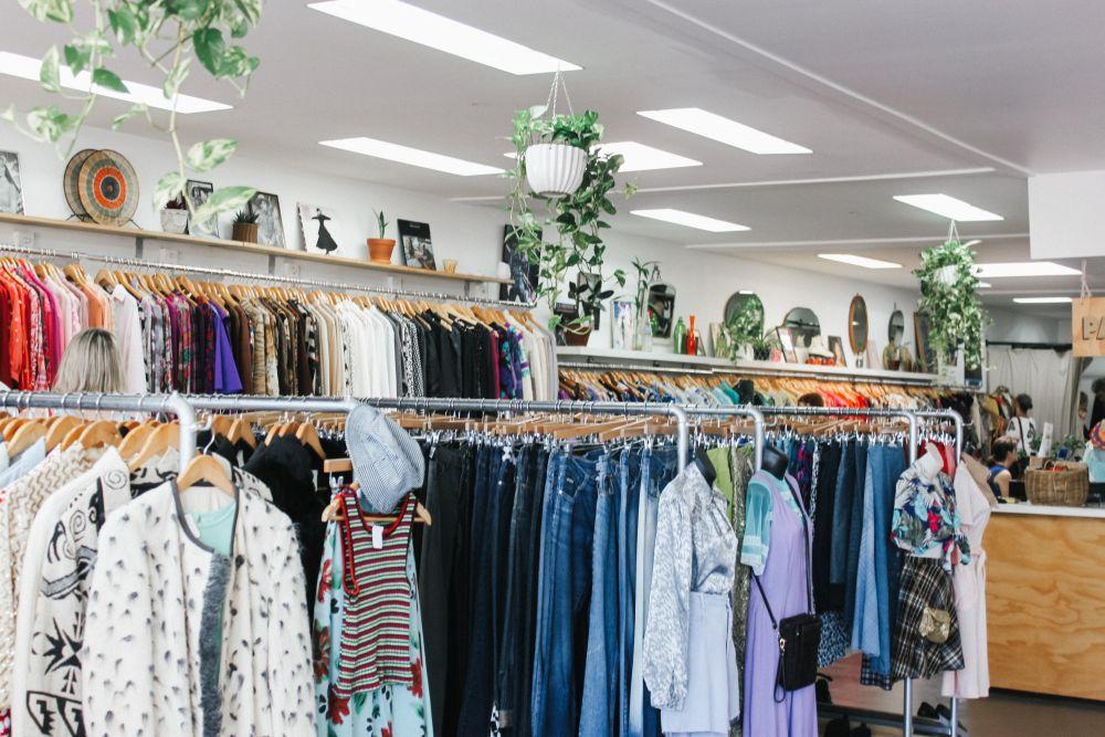 Shopping, un dettaglio di un negozio di abbigliamento