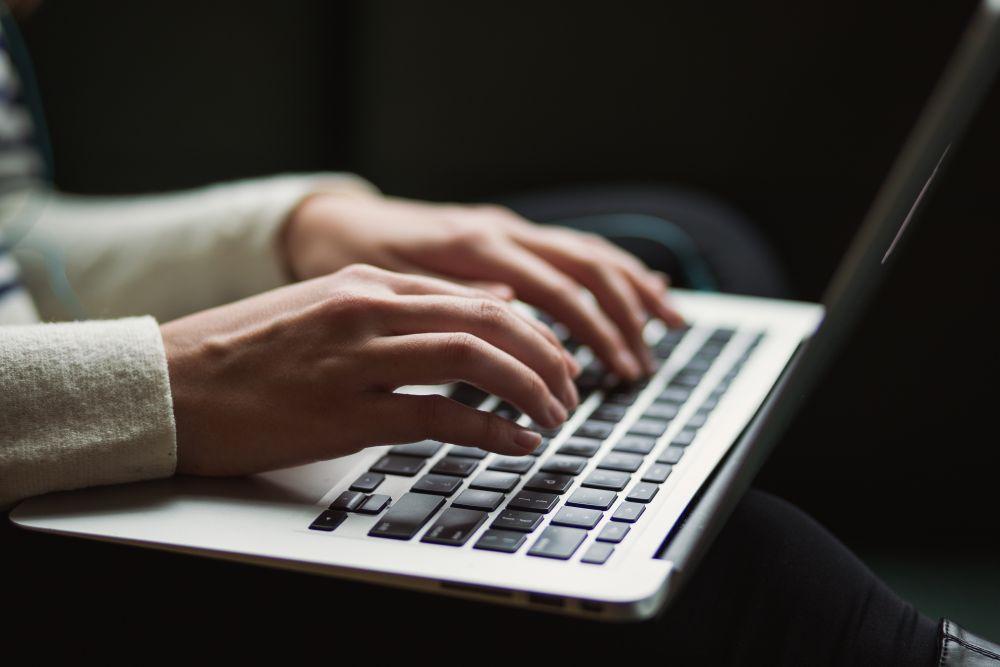 Un anno di Smack, una donna scrive al PC