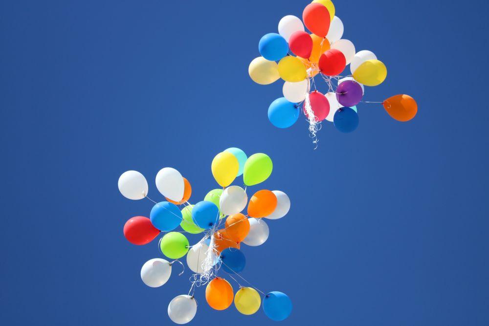 Compleanno, palloncini volano nel cielo azzurro