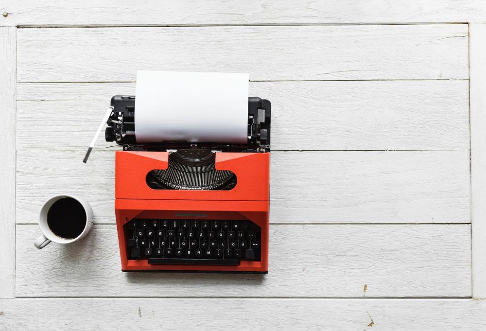 Racconto, una macchina da scrivere rossa