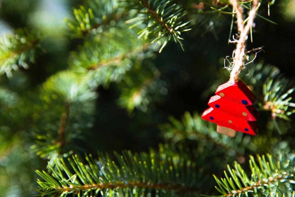 Doni di Natale, una decorazione a forma di albero rosso