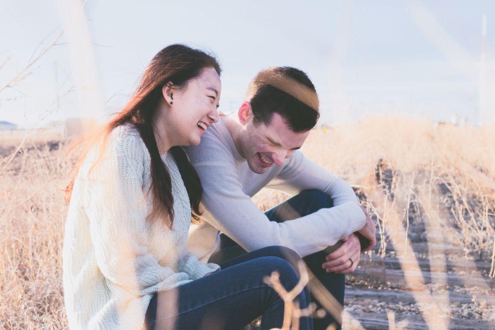 Ridere, una coppia sorridente