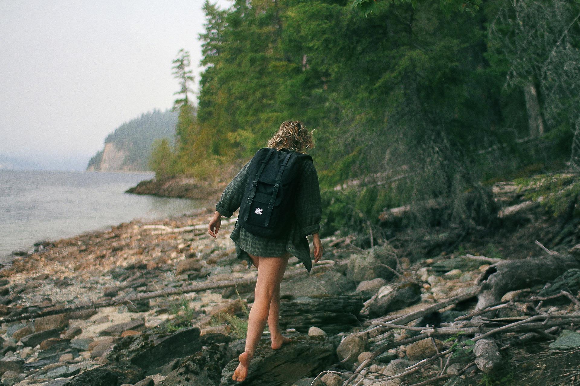 backpacking una ragazza con lo zaino in spalla