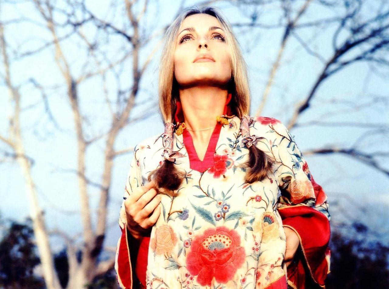 Sharon Tate con una vestaglia a fiori