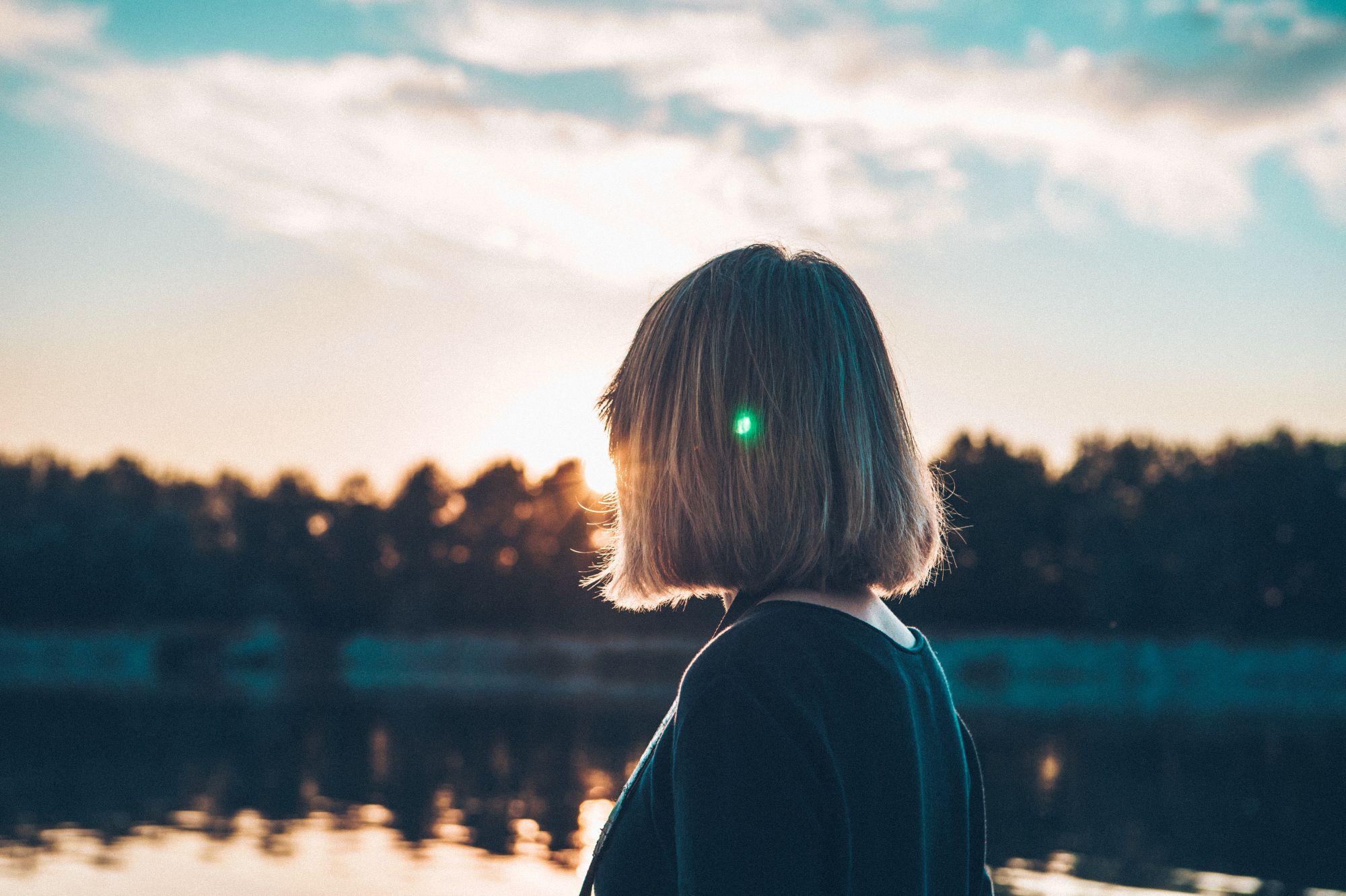 trasformazione una donna guarda un lago