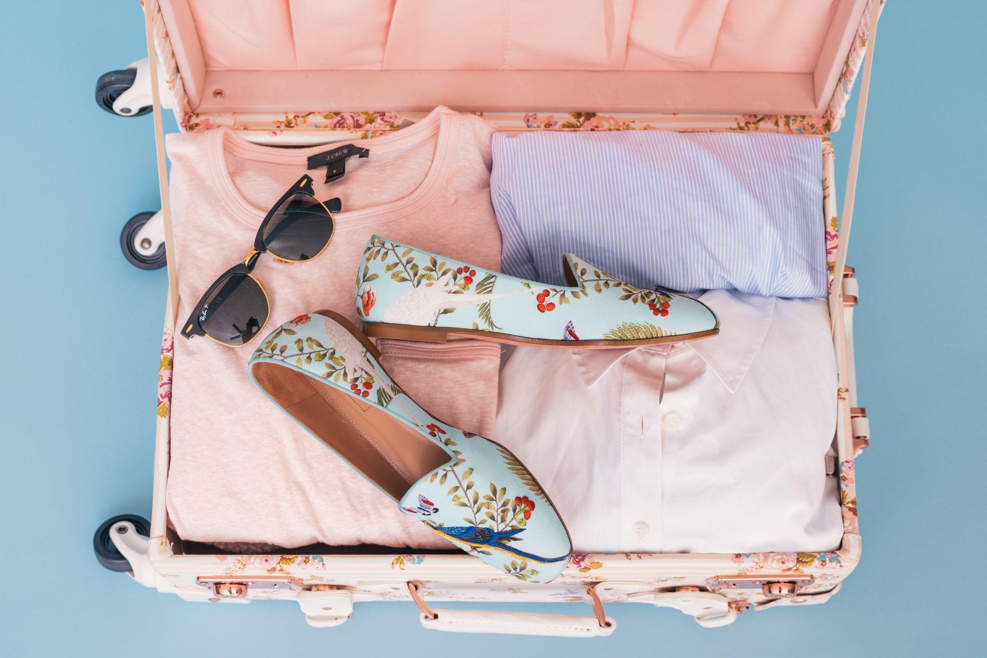 valigia rosa con ballerine turchesi a fiori