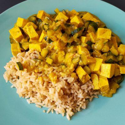 Riso con tofu, zucchine e curry: una ricetta facile e completa