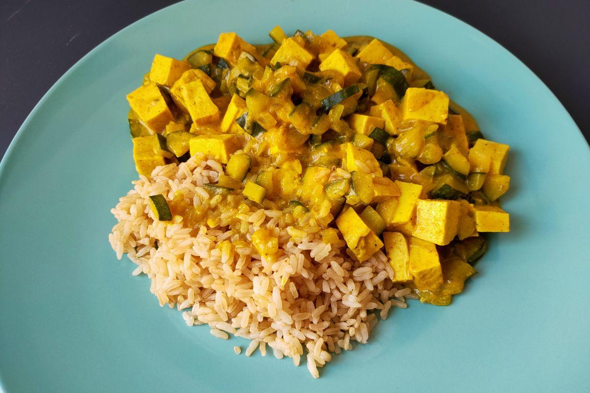 Riso con zucchine: provalo con tofu e curry